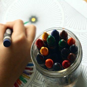 5 pomysłów na kreatywne zabawy dla dzieci w domu