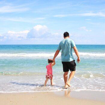 Sezon urlopowy kojarzony jest przede wszystkim z wakacjami. Lipiec i sierpień są rzeczywiście najcieplejszymi miesiącami w roku, ale nie oznacza to, że wypoczynek po sezonie wysokim nie ma swoich zalet. Jesienny urlop nabiera nowego znaczenia zwłaszcza teraz, w czasie COVID 19. Atrakcyjne ceny noclegów Po okresie wakacyjnym, gdy natężenie turystów jest największe, właściciele hoteli i pensjonatów obniżają znaczenie ceny za noclegi. Dzięki temu, wiele osób może sobie pozwolić na relaks nawet w czterogwiazdkowym hotelu, co byłoby nieosiągalne w czasie wakacji. Obniżenie kosztów za pokój ma ogromne znaczenie dla rodzin. Na szczęście, w okresie jesiennym nie brakuje ofert dla osób podróżujących z pociechami. Noclegi nad morzem dla rodzin z dziećmi mają nie tylko atrakcyjne ceny, ale również posiadają wiele atrakcji dla maluchów. W wielu przypadkach, kompleksy wypoczynkowe posiadają place zabaw, salon gier, basen, stół z piłkarzykami i bilard. Dzięki temu, dzieci są zadowolone i zainteresowane zabawą, a rodzice mogą spokojnie się zrelaksować. Cisza i spokój Nie da się ukryć, że podróżowanie w okresie wysokim wiąże się z przebywaniem wśród tłumu turystów. Nie jest to komfortowe, zwłaszcza, że w takich okolicznościach trudno wypocząć. Biorąc pod uwagę obecną sytuację epidemiologiczną urlop jesienią jest bezpieczniejszy i daje możliwość spokojnego relaksu. Mniejsza liczba wczasowiczów pozwala bez skrępowania poruszać się po nadmorskich deptakach, korzystać z usług gastronomicznych i cieszyć się ze spacerów brzegiem morza. Taki wypoczynek pozytywnie wpływa nie tylko na rodziców, ale także na dzieci. Nie jest powiedziane, że pociechy muszą i lubią wypoczywać w gwarze turystów. Najczęściej pociechy potrzebują zajęcia i zabawy, a mogą je znaleźć także jesienią. Nadmorskie atrakcje po okresie wysokim Można by zadać pytanie – co robić nad morzem po okresie wysokim? Urlop nad wodą kojarzy się nam przede wszystkim z kąpielami, a jesienią woda jest już często chłodna i pluskanie się